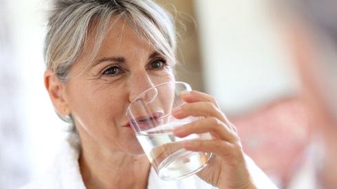 نوشیدن آب در صبح ناشتا می تواند تحرک مواد در طول دستگاه گوارش را تسهیل کند