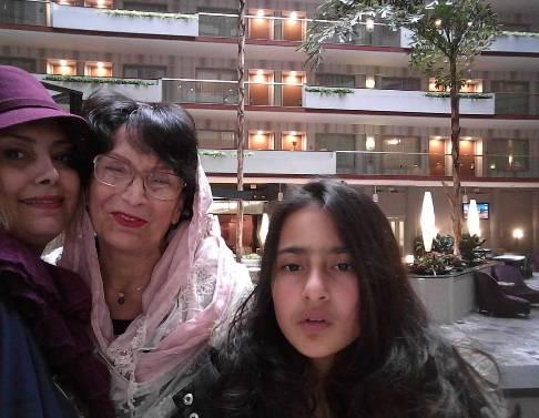 لادن طباطبایی در کنار مادر و دخترش