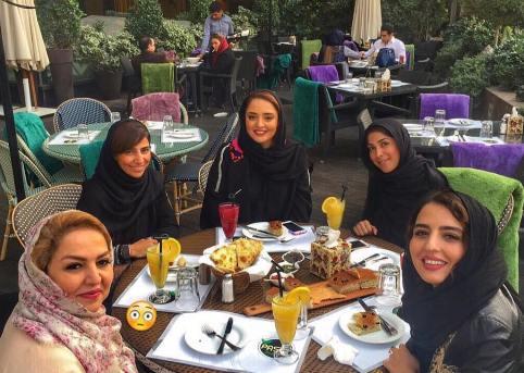نرگس محمدی به همراه مادر و خواهرش
