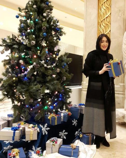 سارا منجزی در کنار درخت کریسمس