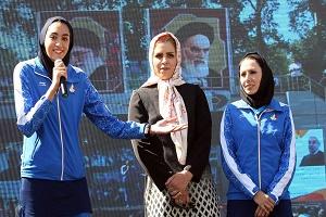 عطاران در حال امضا کردن تصویر کیمیا علیزاده + عکس