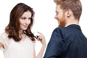 زبان بدن زنی که عاشق شما است چگونه است؟