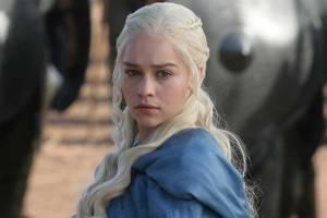 خالکوبی امیلیا کلارک بازیگر سریال بازی تاج و تخت به یاد اژدهایش+عکس