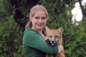 دختر جوان با روباه خانگی اش در مترو! عکس