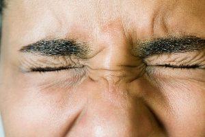 چه زمانی پلک زدن شما افزایش می یابد؟!