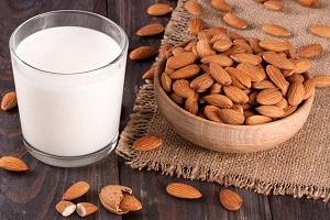 برای رشد قد،کودکان شیر را با بادام بخورند