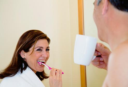 1. بعد از نوشیدن قهوه مسواک می زنید
