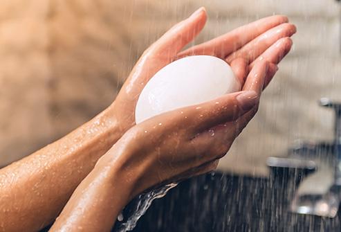 13. شما مناطق حساس خود را صابون می زنید