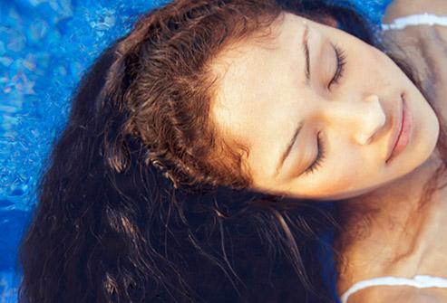 3. با موهای خشک شنا می کنید