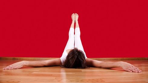 5. حرکت بالا گذاشتن پاها روی دیوار ( ویپاریتا کارانی Viparita Karani ) Legs-Up-The-Wall Pose