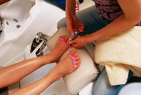 8. درست قبل از پدیکور، پاهای خود را اصلاح (شیو یا اپیلاسیون)می کنید