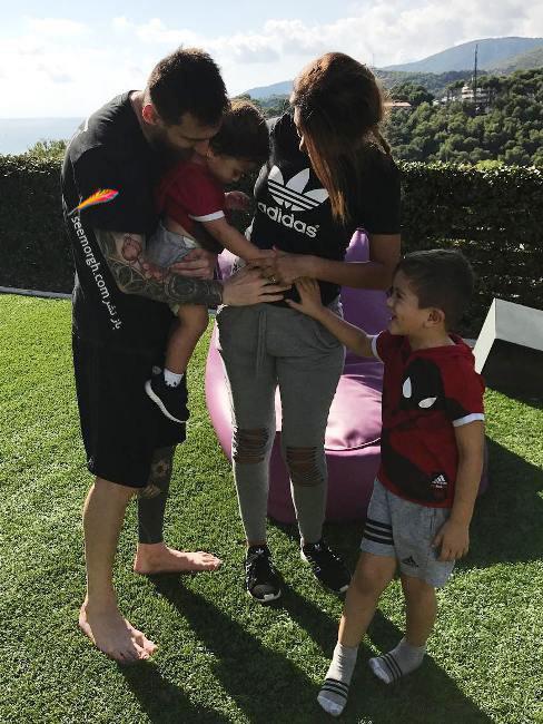 لیونل مسی و همسرش در کنار فرزندان شان