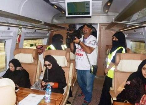 زنان برقع پوش خدمه قطار در ریاض