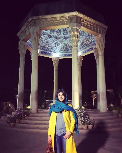 تیپ و چهره آزاده صمدی در آرامگاه حافظ