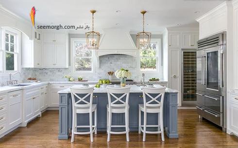 کابینت جزیره ای آبی ملایم در آشپزخانه سفید