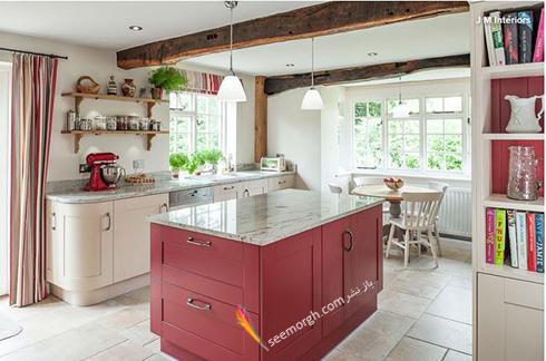 کابینت جزیره ای قرمز سیر در آشپزخانه سفید