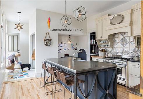 کابینت جزیره ای آبی تیره با روکش فلزی در آشپزخانه سفید