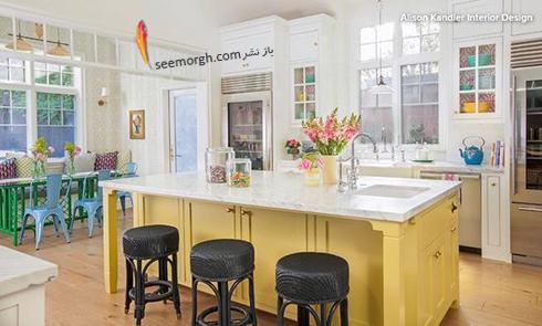 کابینت جزیره ای زرد روشن در آشپزخانه سفید