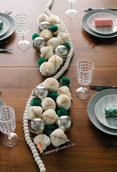 تزیین میز شام کریسمس با حباب و کاغذ کشی های طرح دار