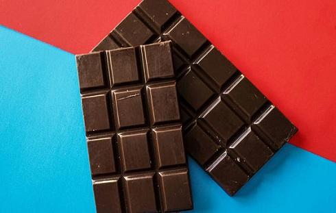 شکلات تلخ به کاهش علائم سندرم پیش از قاعدگی کمک می کند