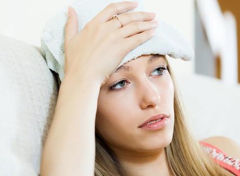 سردردتان ناشی از کم آبی است؟ برای درمان سردردتان از اسانس با کمپرس سرد استفاده کنید