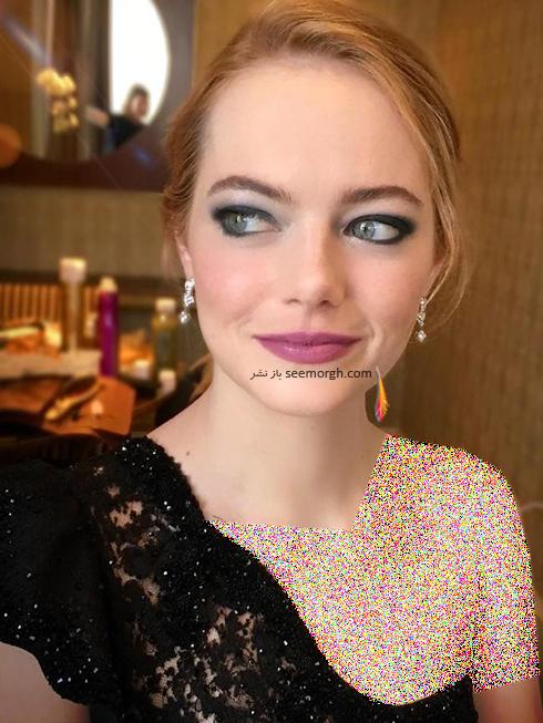 اما استون Emma Stone در حال حاضر شدن براي مراسم گلدن گلوب 2018 Golden Globe