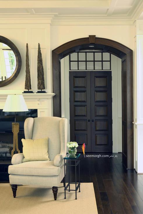 رنگ چهارچوب برای دیوار سفید با قرنیز قهوه ای تیره و درب ورودی قهوه ای روشن - عکس شماره 6