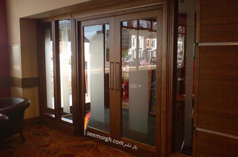 رنگ چهارچوب برای دیوار سفید با قرنیز قهوه ای تیره و درب ورودی قهوه ای روشن - عکس شماره 2