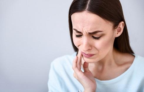 نوشیدن آب و لیموترش می تواند باعث فرسایش دندان ها شود