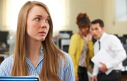 با خود حرف زدن کمک می کند افکار مزاحم را دور کنید