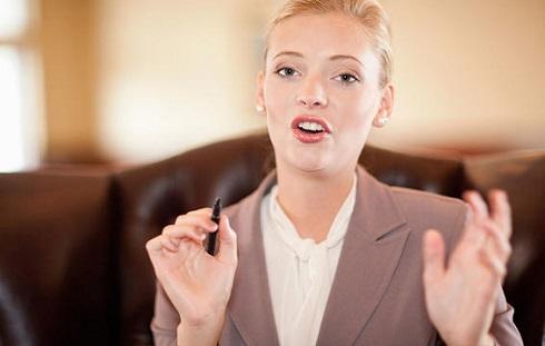 با خود حرف زدن به شما کمک می کند برای موقعیت های استرس زا آماده شوید
