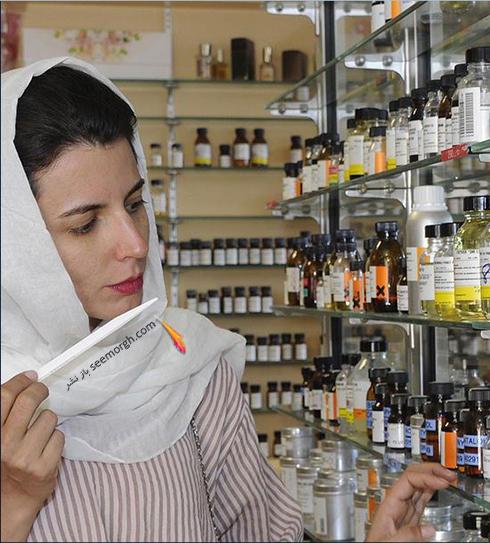 لیلا حاتمی در حال تست رایحه برای تولید عطر - عکس شماره 1