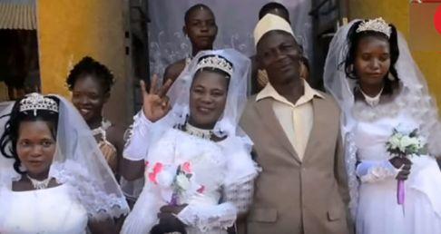 مرد 50 ساله در کنار همسرانش
