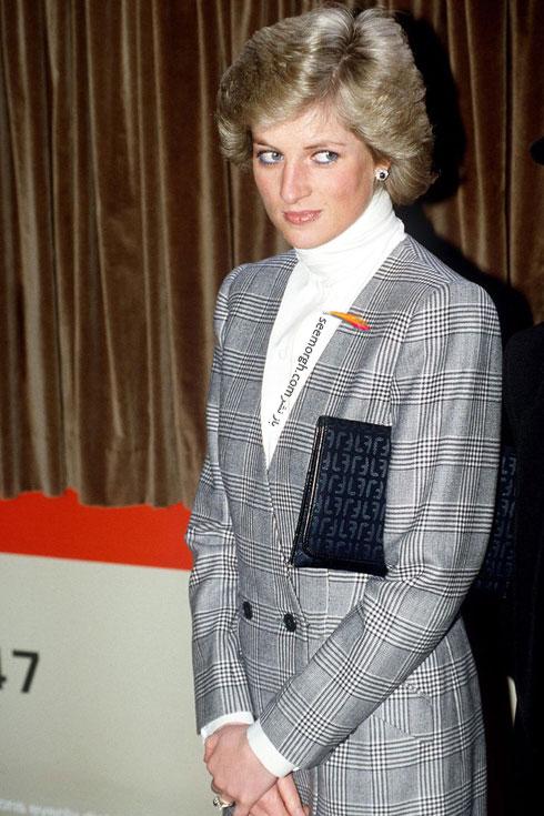 سالها پیش در سال 1988 پرنسس دایانا هم یک پالتو با همین طرح را با یک پیراهن سفید ساده ست کرده بود.