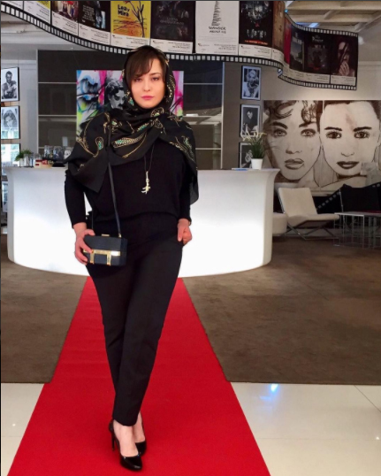 مدل لباس مهراوه شریفی نیا در اکران فیلم پرسه در حوالی من در جشنواره فيلم ماربيا، اسپانیا