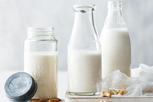 شیر را با چی بخوریم بهتر است؟ + بهترین زمان خوردن شیر