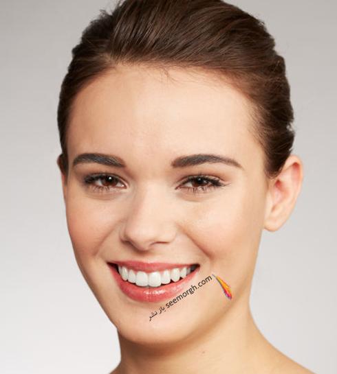مرحلهی پنجم پوشاندن جوش با آرایش : در آخر، آرایشتان را با رژ لب قرمز و ریمل کامل کنید