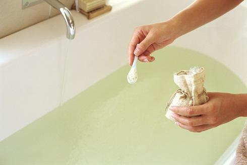 می توانید از نمک در وان حمام استفاده کنید