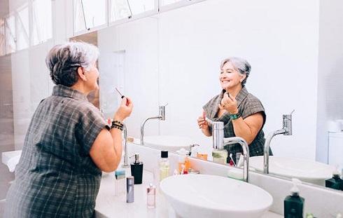 چربی پوست تان بعد از 50 سالگی کمتر می شود