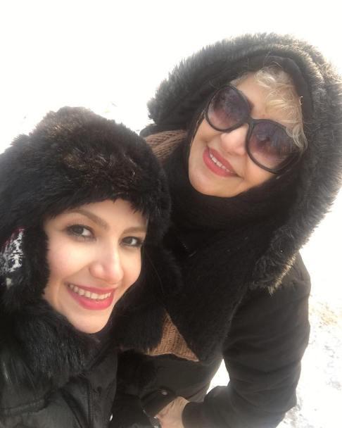 ملیکا زارعی در کنار مادرش