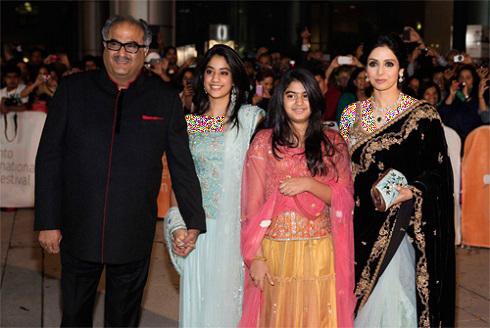 سری دیوی در کنار همسر و دخترانش