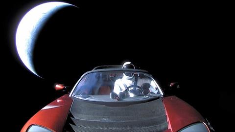 خودرو تسلا رودستر در فضا