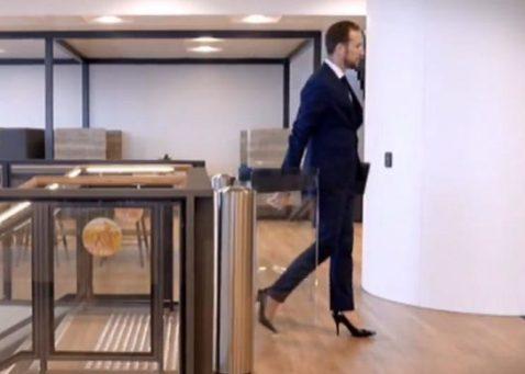اشلی با کفش پاشنه بلند در محل کارش