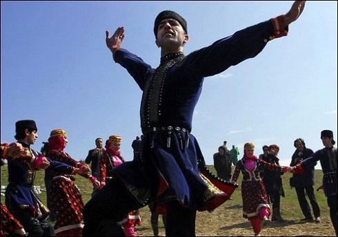 اجرای مراسم رقص سنتی در عید نوروز آذربایجان