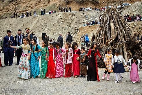 رقص دختران بومی روستای ساتیاری در مراسم عید نوروز