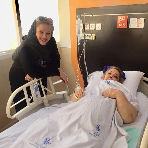 بهاره رهنما در کنار مادرش در بيمارستان