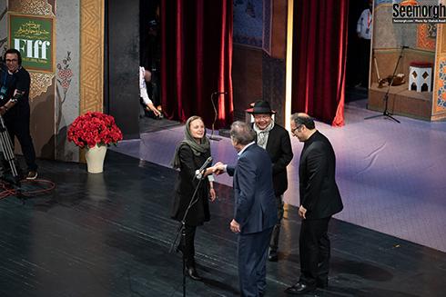 دست دادن الیور استون و هانا اسلک در جشنواره جهانی فجر