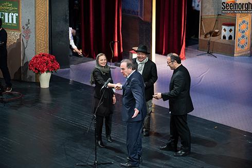 دست دادن الیور استون با کارگردان زن در جشنواره جهانی فجر