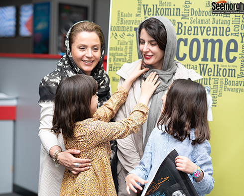 شوخی عسل مصفا با مادرش لیلا حاتمی در جشنواره جهانی