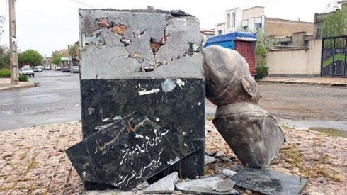 تخريب تنديس استاد شهريار در پارس آباد مغان
